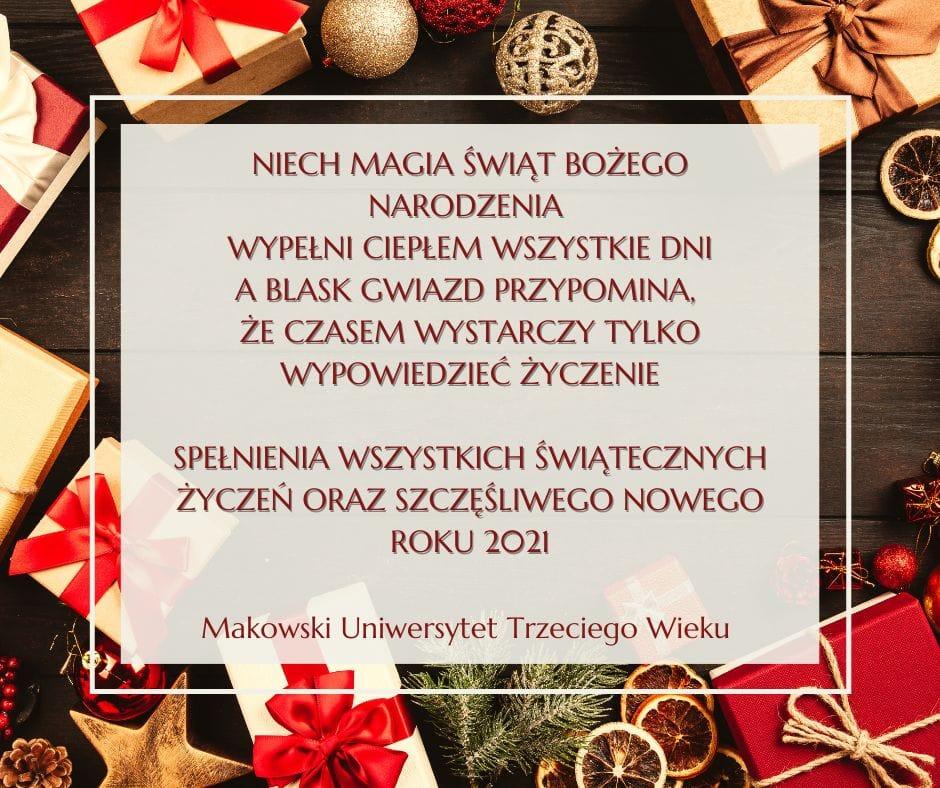 Grafika. Na tle z dekoracjami świątecznymi prezenty, świerk, bombki, suszone plasterki cytryny białe pole w kształcie prostokąta. Na nim tekst życzeń od Makowskiego Uniwersytetu Trzeciego Wieku.